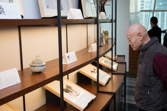 李可染艺术基金会董事长李小可在现场观看作品
