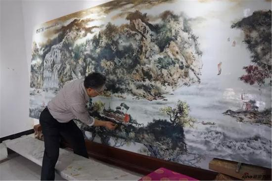 章教授正在创作价值260万元的巨型瓷板画4mx1.8m