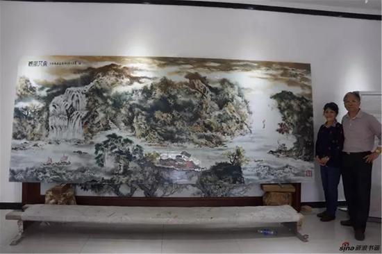 章志远夫妇在瓷板画前留影