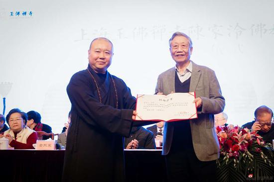 觉醒大和尚代表上海玉佛禅寺接受捐赠,并为陈家泠先生颁发捐赠证书。