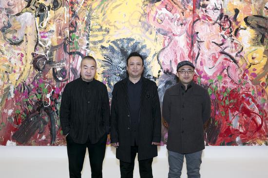 从左至右:白盒子艺术馆馆长孙永增、艺术家张旭东、策展人杜曦云