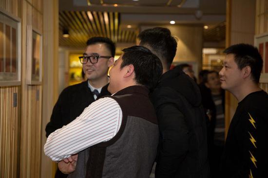 观展嘉宾与青年藏家谢尚晋