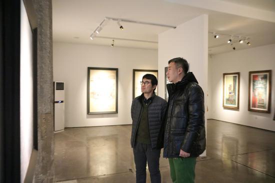 嘉宾亚日先生与艺术家牛富强交流