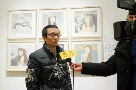 参展艺术家张效仿接受媒体采访