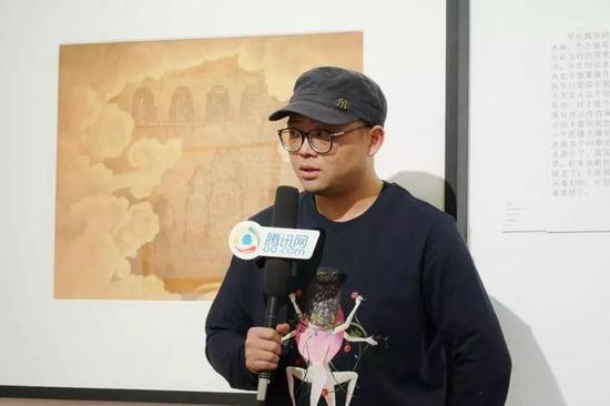 参展艺术家边凯接受媒体采访