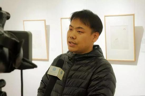 参展艺术家王可苡接受媒体采访