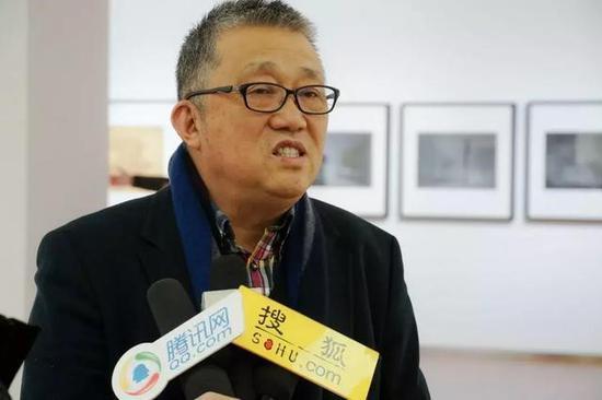 炎黄艺术馆馆长崔晓东接受媒体采访
