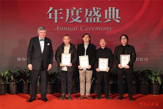 欧洲科学、艺术和人文学院副院长安特·格利博达为入选艺术家颁发证书