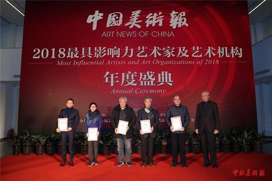 中央美术学院教授、中国油画学会名誉主席詹建俊为入选艺术家颁发荣誉证书