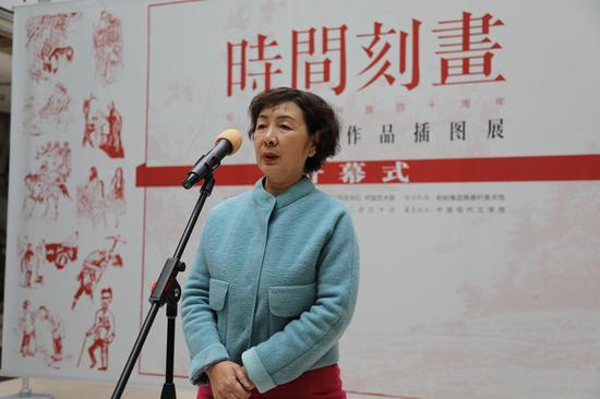 中国作协主席团委员、中国少数民族作家学会常务副会长叶梅致辞。她的中篇小说《撒优的龙船河》由著名画家郝玉玲作插图