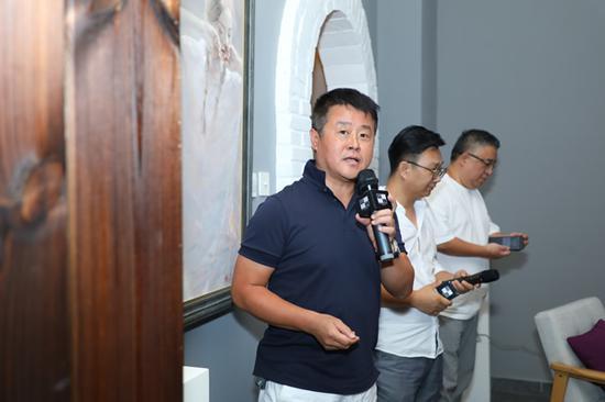 不同艺见艺术中心创始人邵伟(左)在讲座现场