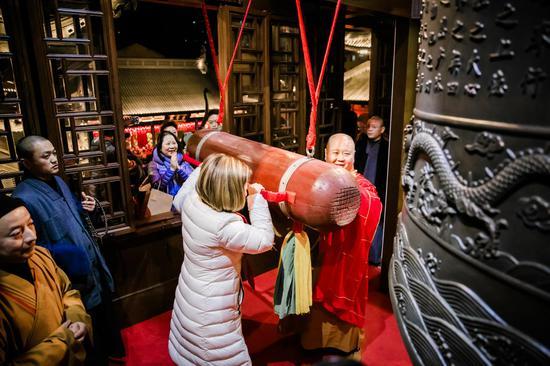 晚会结束后,上海玉佛禅寺照例举行了传统的撞钟迎新仪式