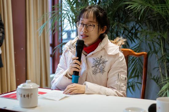 受助学生代表发言,感谢上海市慈善基金会、上海玉佛禅寺以及社会各界的帮助和关心
