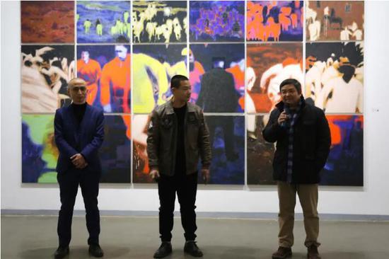 嘉宾左起:策展人张长收,艺术家方建喜,桥舍画廊董事长陈昕发言