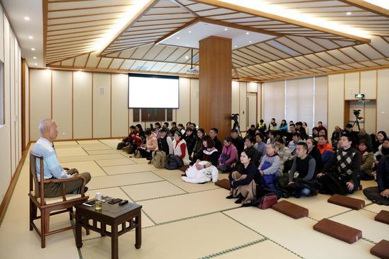 讲坐吸引了近百名观众现场聆听。