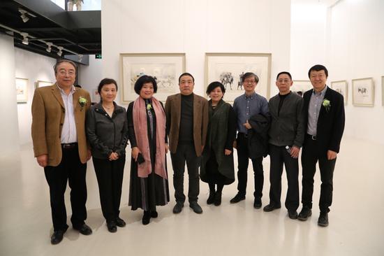 展览的画家蒋智南先生和嘉宾合影