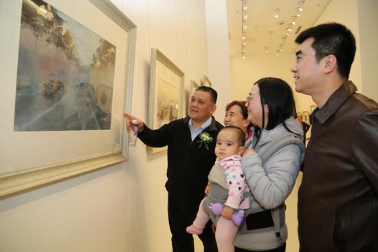 展览画家卓晓光给嘉宾介绍自己的作品