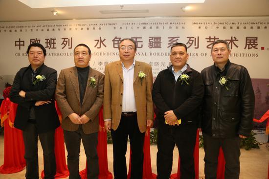 《中国投资》杂志社副社长李恒芳先生(正中)和四位艺术家合影