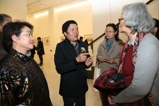 展览的画家董克诚先生和嘉宾现场交流自己的作品