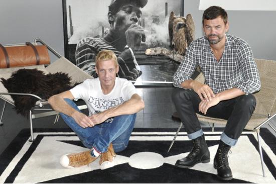 艺术家迈克尔·艾默格林(左)和英格·德拉赛特(右)