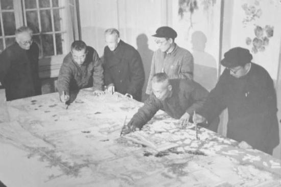 60年代初,老画师合作画,右起唐云、谢之光、朱梅邨、潞渊、程十髪、王个簃