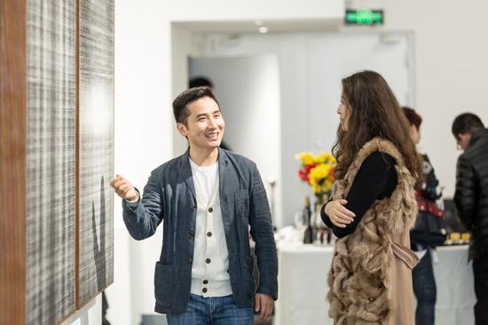 艺术厦门磐基艺术馆馆长滕丽与受邀嘉宾进行艺术交流