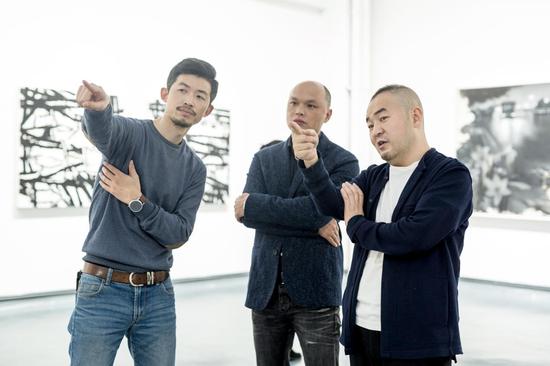 白盒子艺术馆馆长孙永增(右一)在开幕式现场