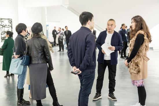 艺术厦门磐基艺术馆馆长滕丽(右一)、白盒子艺术馆馆长孙永增(右二)在开幕式现场