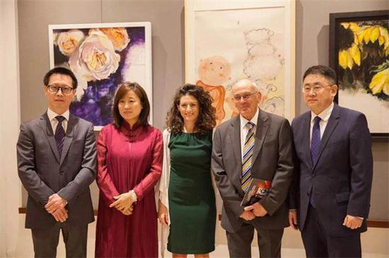 图说:(左起)中国驻马耳他文化中心主任杨晓龙、中国画家冯熙雯、马耳他画家黛比-博内洛、策展人E.V.Borg、中国驻马耳他大使姜江合影。