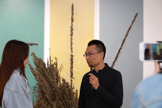 张俊民在展览现场导览