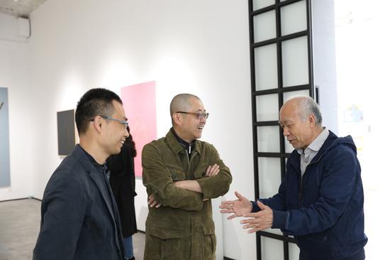 从左至右:艺术家张俊民、艺术批评家高岭、艺术家李山