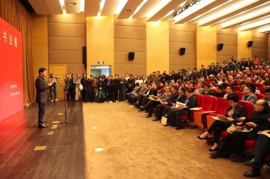 上海市书法家协会驻会副主席、秘书长潘善助主持开幕式
