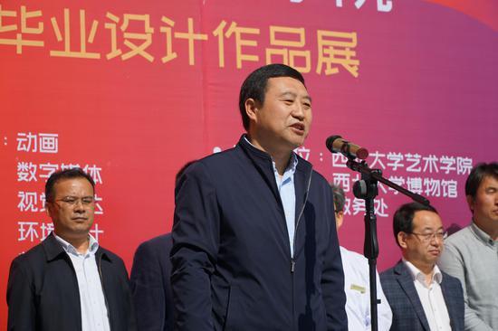 陕西师范大学科学技术处处长吴晓军教授颁发证书