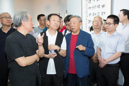 中国书法家协会顾问申万胜、中国书法家协会顾问邵秉仁与参展书家现场交流