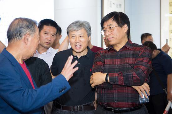中国书协分党组书记陈洪武、中国书法家协会顾问邵秉仁与参展书家现场交流