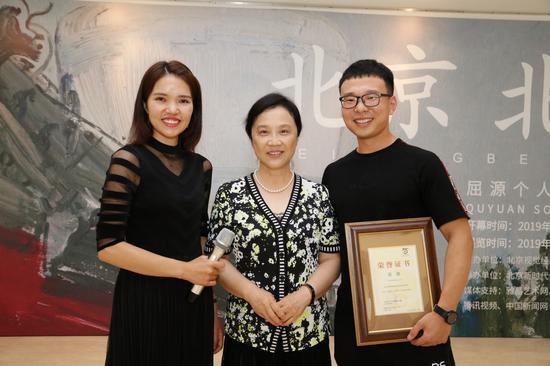 本次展览的画家屈源与北京视觉经典美术馆的馆长以本次展览的主持人合影