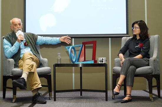 雕塑家菲利普·金先生与陈晓阳馆长进行讨论交流