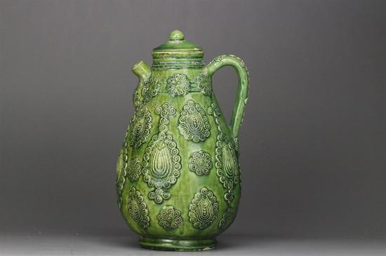 宋代绿釉璎珞纹贴花执壶
