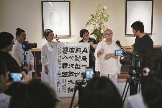 开幕式现场:著名书法家赵普先生为展览挥毫赠书