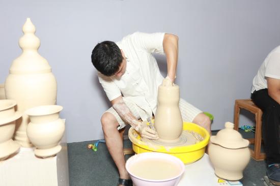 部分展区为吸引观众特设现场制瓷演示与互动参与环节