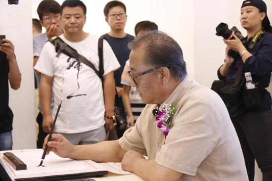 高军法与北京实验二小学生开展书法互动课