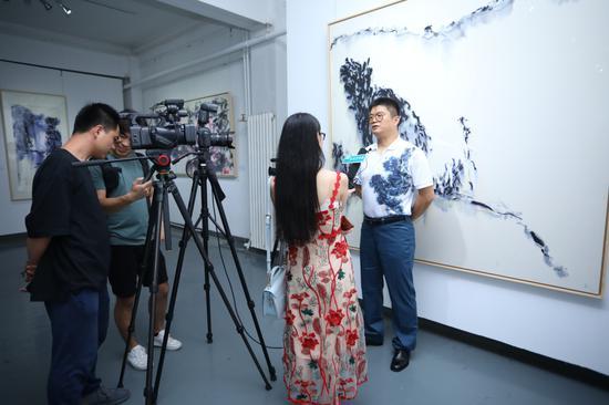 艺术家王清州接受媒体采访