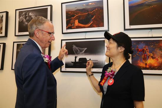 PSA执行副会长约瑟夫?施耐泽与PSA China执行主席王莉女士在展览作品前交流分享