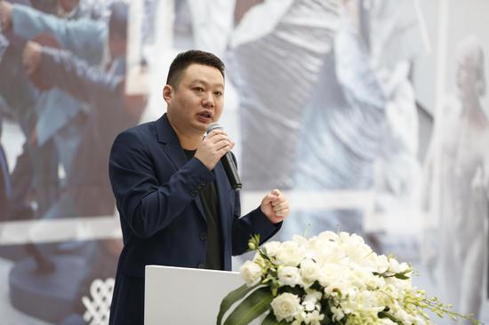 策展人崔灿灿介绍展览