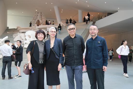 艺术史家巫鸿与OCAT美术馆馆长栾倩参观展览后合影留念
