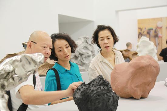 艺术家岳敏君、向京、姜杰参观展览