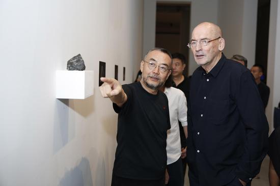 国际著名建筑师库哈斯和朱锫参观展览