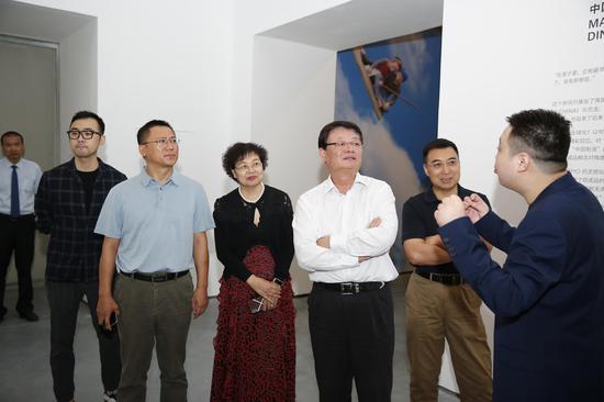 策展人崔灿灿进行展览导览