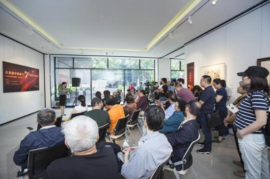 静安区委宣传部副部长、区文化旅游局局长陈宏女士在开幕式上发言