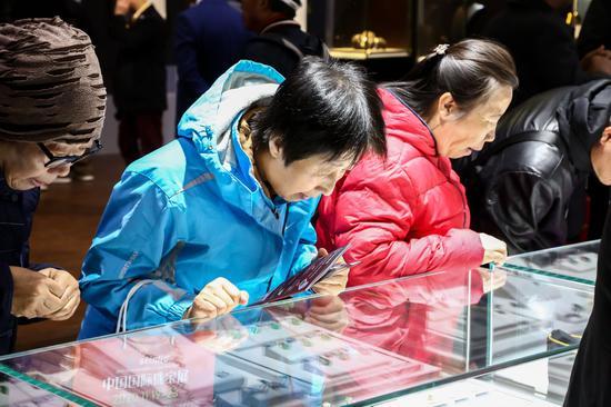 现场消费者关注七彩云南独家专利设计作品
